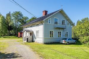 Ett gårdshus på 200 kvadratmeter ingår i fastigheten. Foto: Fastighetsbyrån Sundsvall