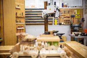 Hansåkerskolan har nu utrustats med nya maskiner i träslöjdssalen.