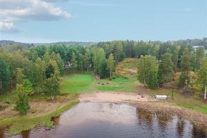 Huset ligger bredvid sjön Långsvan. Foto: Mäklarhuset Västerås