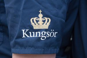 Kungsörs kommuns logotype sitter väl synlig på samtliga plagg. Tillsammans med det identitetskort som all personal ska bära väl synlig, visar kläderna tydligt vilka som kommer från Hemtjänsten.