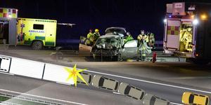 Personbilen som de omkomna färdades i körde in i lastbilen bakifrån. Grafik: Robin Brinck, Bild: Mats Olsson