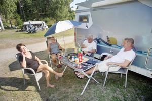 """Anette Hauska fd. Wahlström, Carina """"Titti"""" Jansson, Gunnar Sundberg och Göran Larsson har just ätit vildsvinskorv med bröd."""