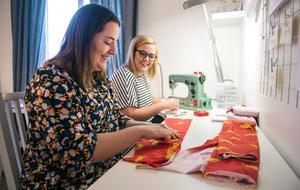 Malin har länge drömt om att starta ett eget klädmärke. Med åren har bitarna fallit på plats och sedan drygt fyra veckor tillbaka producerar de egna barnkläder till kunder från Malmberget i norr till Kalmar i söder. Malin designar både tygerna och kläderna och Gina syr.