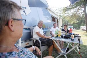 """Carina """"Titti"""" Jansson, Gunnar Sundberg, Göran Larsson och Anette Hauska fd. Wahlström väljer att sitta i skuggan när det är så varmt."""