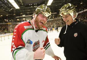 Mattias Timander med matchläkaren Göran Thorén. Bild: Bildbyrån