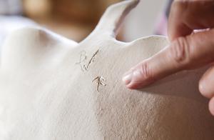 På varje verk hon skapat signerar hon med sina initialer och det gamla gårdsmärket från Påsgården.