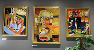 Tre av Per Soneruds tavlor, som nu visas på Strandpiren. Den mellersta, nu med titeln Samtal, var uttagen på Liljevalchs vårsalong 2018.