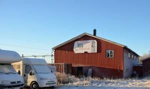 Det som började hemma i bostaden i Viskan med reparationer har i dag växt till både verkstadsjobb och försäljning av begagnade husbilar och husvagnar i Stöde, som förutom ägarparet har ett par deltidsanställda medarbetare på orten.