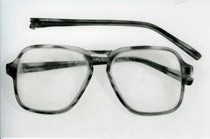 Foto: Polisen. Ett par glasögon tillsammans med en träpåk och en cigarettfimp hittades på platsen i Hedemora där Yenon Levi mördades. Kanske kan de få betydelse nu när fallet öppnas igen.