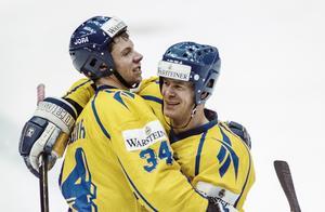 Roger Johansson och Magnus Svensson jublar efter mål i VM-matchen mot USA. Foto: Bildbyrån.