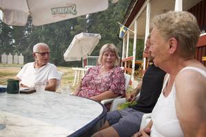 Familjerna Wendin och Åkerblom har lämnat sina hem i Kårböle, oroliga för om de har några hus att komma tillbaka till.