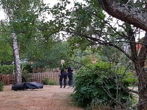Samtidigt som polisen söker i genom bostaden får de ett samtal från en annan polis. Denne har hittat en kvinna med stöldgods från villan. Foto: Privat