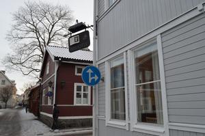 Med utgångspunkt från biblioteket fotpatrullerar kommunpolisen Erik Gatu i Säter en timme varje tisdag.