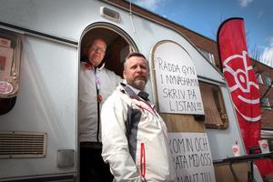 Oppositionsrådet Patrik Isestad (S) och Sven-Henry Fälldin kampanjar för tillgången på gynekologisk vård i Nynäshamn.