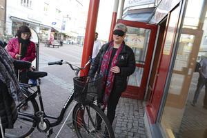 Uuups, här dök det  ett besvärande hinder för Åsa Bergkvist. Parkerade cyklar längs Gågatan är ett otyg för synskadade.