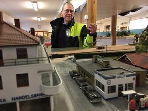 Bertil Bellander förklarar att anläggningen är placerad 130 cm från golvet för att besökaren ska uppleva det som att man