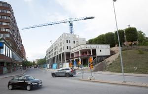 Nybygget i Orionkullen, nedanför gamla Flickskolan, fortgår. Ytterligare våningar ska byggas.