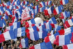Franska färger. På söndag är det första omgången i det franska presidentvalet och rött ställs mot blått. arkivbild: Thibault Camus/scanpix
