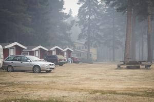 Under morgonen och förmiddagen låg brandröken och lukten över Färila idrottspark.
