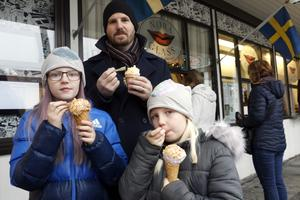 Nora, Thea och Mikael Lindh från Bålsta besökte Nora julmarknad och flickornas farmor och farfar.