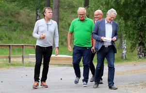 Dan Thornberg i samspråk med kommunens representanter vid ett möte på Backetjärn  18 juni då framtidsplanerna för första gången avslöjades.