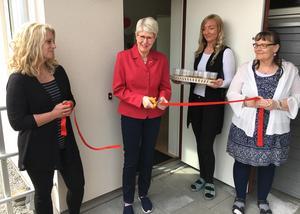 Anita Nordström, omsorgsnämndens ordförande, klippte bandet när det nya serviceboendet invigdes på Meteorgatan.  Bostadens personal Birgitta Andersson och Susanne Pettersson höll i bandet medan Linda Bokor stod redo med dryck.