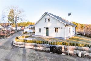 Nybyggd villa i gamla Källviken med sjöutsikt mot Runn. Skidspår och skridskobana direkt nedanför huset. Foto: Kristoffer Skog.