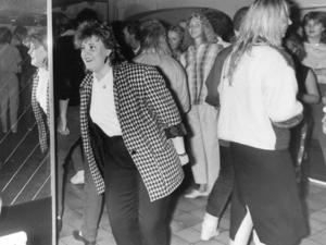 Till sist några bilder ur ÖP:s arkiv där det saknas uppgifter helt och hållet. Känner du igen någon på bilden eller vilket ställe det är, skicka ett mejl till per.lindh@mittmedia.se.  UPPDATERING: Marie Bergqvist har skrivit till oss och kan berätta att bilden nog är tagen runt 1984 på discot New Cave, som låg mittemot gamla polishuset.
