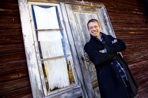 Ungefär 100 dagar om året tillbringar Stefan Stolt på plats i Ukraina. Här lutar han sig dock mot ett äkta Junselehus.