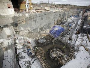 32 meter ned i berget under Indalsälven sprängdes ned för att bereda plats åt arbetsplatsen. 130 000 kubik massor skopades ur. Här gjuts plattan till turbinerna.