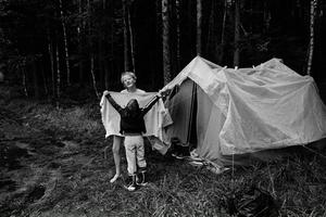 Sent omsider. Mikael Anderssons 80-talsfotografier från ett kollo ges nu ut i bokform. Man känner nästan hur de gamla trästugorna luktar.
