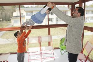 Pappa Yousef leker med yngsta dottern Samia och sonen Jawad på nya glasverandan.