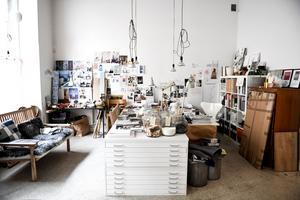 Kreativ oas. Emma Olbers är inne på sitt tjugonde år som formgivare och har tillsammans med sina kollegor en kombinerad studio och ateljé.
