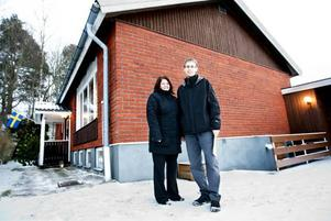 """SPEKULANTER. De senaste tre åren har Veronica och Göran Lagerlöf letat hus. """"Det är svårt. Och när vi hittat något har andra också velat ha det och hunnit före"""", säger Veronica. De hoppas att huspriserna ska sjunka lite i takt med lågkonjunkturen. """"Det har blivit alldeles för höga priser tidigare"""", tycker Göran."""