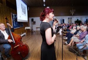 Bildvisningen varvades med musikunderhållning av Gösta Svensson (utanför bild), Leif Norberg och Ulrika Beijer.
