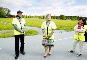 Infrastrukturministern Åsa Torstenson, i mitten, varpå måndagen och tittade på den nybelagda vägen vid Kännåsen. Syftet med besöket var att se hur regeringens anslag för landets enskilda vägar har använts. Till vänster ser vi Kännåsens vägsamfällighets ordförande, Alf Hurtig.
