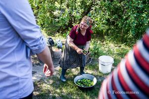 """På turen fick de bland annat träffa två äldre kvinnor som återvänt till sina boningshus på landet. """"De resonerade som så att de inte hade något annat än sin mark, och att de ville bo där resten av sina liv, oavsett riskerna"""", säger Thomas Nordström. Men visst kändes det konstigt att äta av det de bjöd på medger han. """"Svampprodukterna var det ingen i gruppen som åt av"""". Foto: Thomas Nordström"""