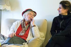 """""""Visst orkar man, om man trivs. De är så snälla, tokiga och roliga"""" säger Eva Kronvall som inte vill gå i pension."""