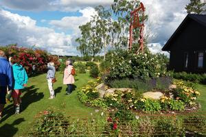 Skara Trädgårdsförening besökte Lena och Tomas Magnussons trädgård i Synnerby. Fotograf: Christina Johansson