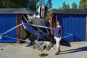 Kerstin Engström utanför sitt skadade garage.