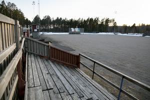 Under gruset ligger över tio mil slang med kylmedel. Om kommunens bidrag stryps, kommer Karlsbyhedens IK få svårt att kunna ha kylanläggningen i gång.