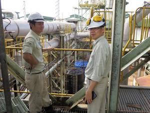 Gan Shou Lung, projektledare och Lee Teck Kang, Operations manager, blickar ut över delar av deras anläggning i Malaysia som skall byggas om. Bild: Marcus Mattsson