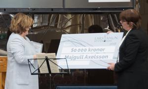 Majgull Axelsson får Lars Ahlin-priset av Åsa Ulander, ordförande för kultur- och fritidsnämnden.