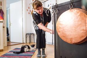 Intill spisen i köket har Agneta låtit installera en smal vedspis, som är nummer två i ordningen.