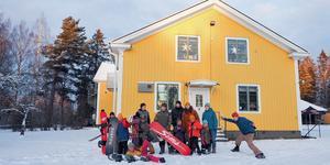 Här är alla bröder med respektive familj samlade vid skolbyggnaden som blivit vinterhus. Bild: Privat