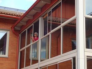 Här förevigas Ronnie av en fotograf på övervåningen.