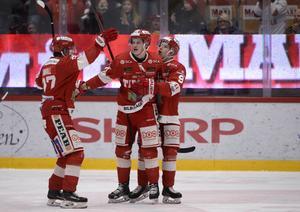 2–1-skytten Henrik Törnqvist gratuleras av Johannes Kinnvall och Rickard Palmberg.
