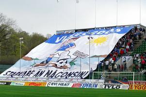 Inför en hemmamatch 2004 täckte den här flaggan ena kortsidan. Bild: Mathias Lindqvist.