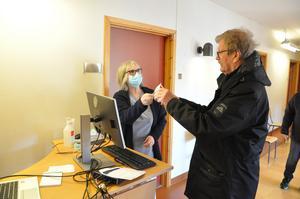 Jan-Owe Johansson registrerar sig hos Marianne Olsson.