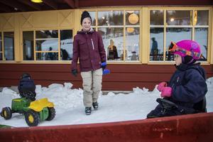 Kristina Wikstrand med barnbarnen Ruth och Axel tog en liten paus från skidåkningen för att köra traktor.